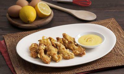 Sepiring tempura chicken fingers tersaji bersama saus cocolan.