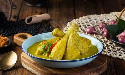 Sepiring hasil masak resep opor ayam kuning spesial di meja makan siap disantap