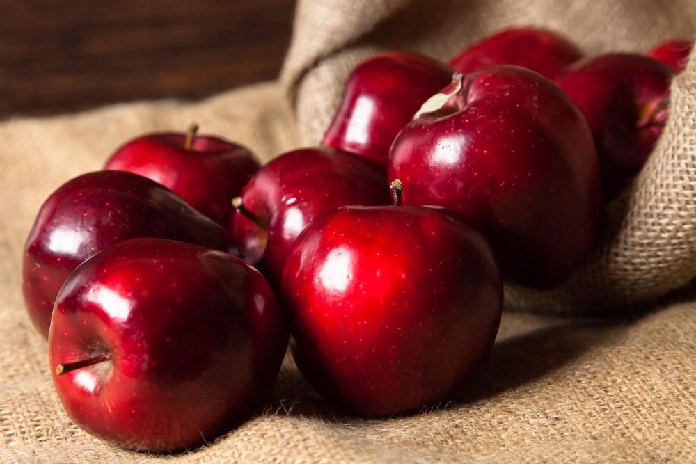 Beberapa buah apel Red Delicious diletakkan di atas karung.