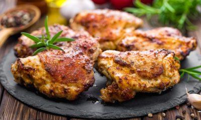 Ayam panggang kecap tersaji di atas piring batu.