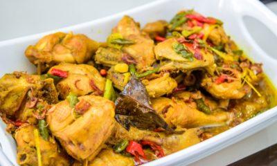 Hasil dari cara membuat semur ayam Bangka tersaji di atas piring.