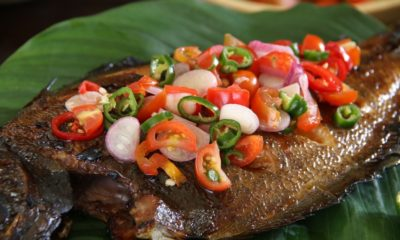 Ikan mujair bakar dengan topping sambal dabu-dabu.