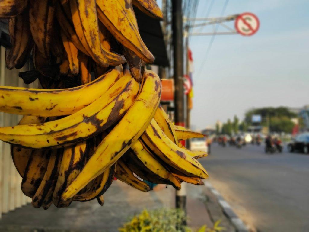 Satu sisir pisang tanduk menggantung di warung pinggir jalan.