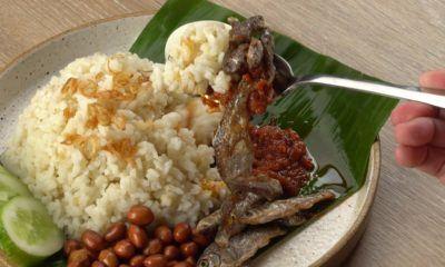 Sepiring nasi lemak lengkap dengan ikan bilis dan telur.