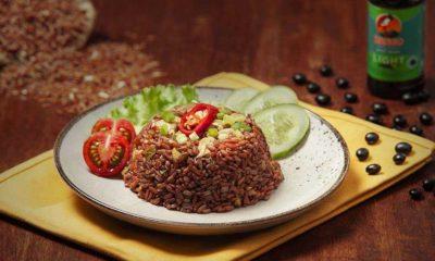 Sepiring nasi tim beras merah dilengkapi tomat merah, salada, dan mentimun.