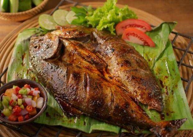 Ikan pecah kulit bakar yang segar terpanggang siap dinikmati bersama sambal dabu-dabu.