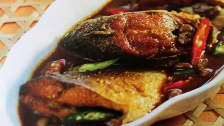 Semur ikan bandeng taoco tersaji hangat di atas piring putih.