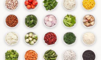 Belasan mangkuk berisi bumbu untuk menciptakan menu masakan.