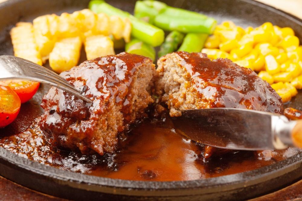 Hotplate berisikan steak dan kentang goreng serta sayuran.