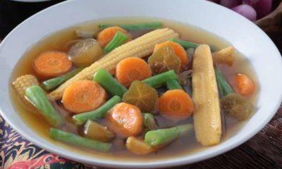 Satu mangkuk berisi sayur asem jawa.