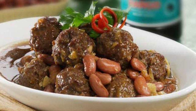 Semangkuk besar berisi hasil masak resep semur kambing kacang merah.