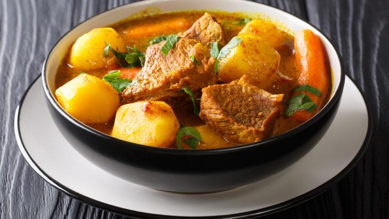 Hasil dari resep kalio kambing di dalam mangkuk.