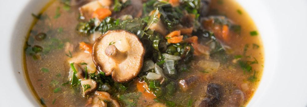 Hasil uji coba resep sop jamur brokoli dalam mangkuk putih.