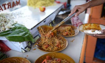 Sepiring mie Aceh dengan bumbu rempah tengah disajikan.