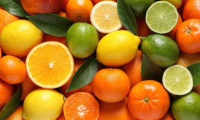 Berbagai jenis jeruk menumpuk rapi, ada yang terbalah ada yang masih utuh