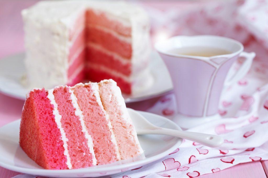 Satu potong kue tersaji dengan secangkir teh.