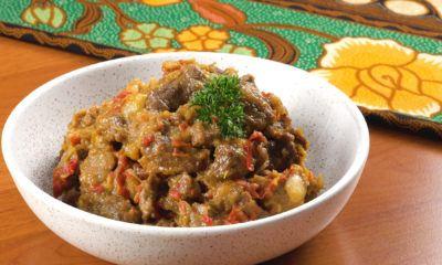 Satu mangkuk berisi rabeg daging sapi siap dinikmati.
