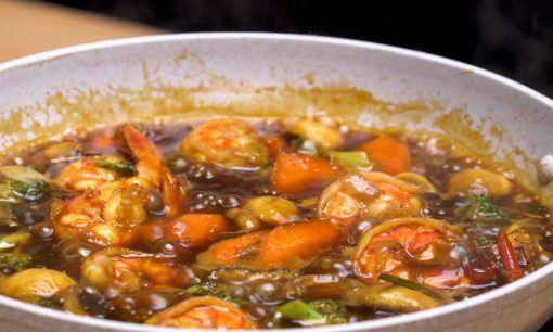 Potongan sayuran dan udang dengan bumbu semur dipanaskan di atas wajan. (Foto: MAHI)