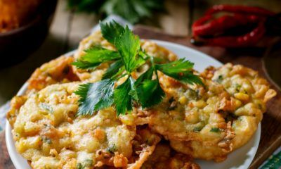 Hasil masak resep bakwan jagung dengan garnish di atasnya.