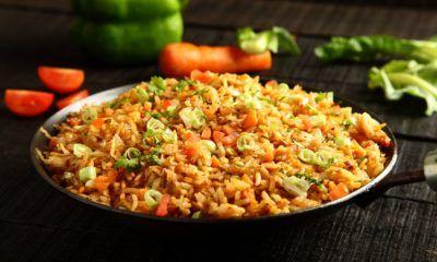 Hasil memasak resep nasi goreng di piring hitam.