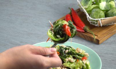 Sepiring tumis cuciwis tengah dinikmati dengan menggunakan sendok sebagai menu tumisan lezat.