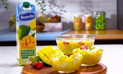 Sajian es buah bulan puasa didampingi buah-buahan di dalam sebuah dapur.