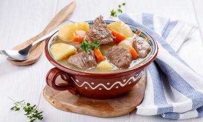 Semangkuk sup daging kentang, menu makanan rumahan hangat.