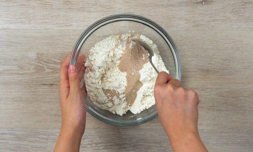Mencampurkan bubuk teh rasa milk tea pada adonan untuk resep milk tea cookies.