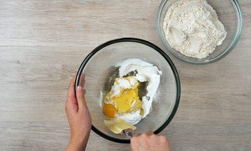 Menambahkan margarin pada adonan resep milk tea cookies.