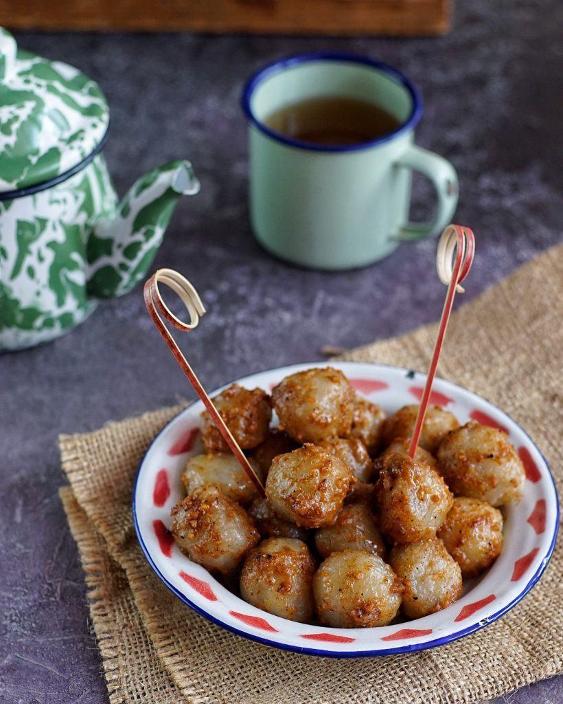 Sepiring cilok, camilan sederhana, yang disajikan dengan teh hangat.
