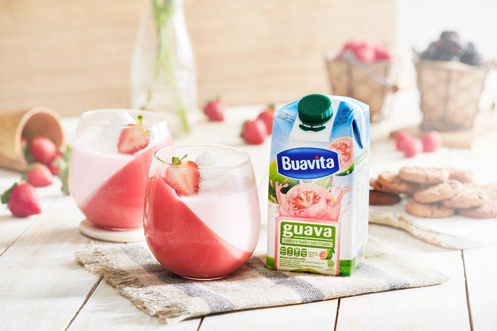 Dua gelas guava jelly yoghurt kaya vitamin C tersaji di atas meja.