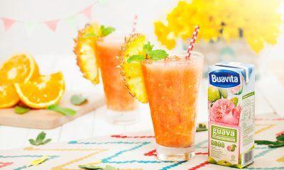 Guava Greetings, jus jambu campur tersaji dalam gelas dan bersanding dengan buah-buahan.
