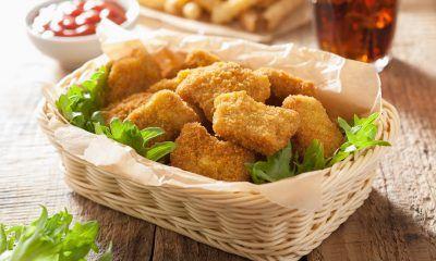 Satu keranjang berisi hasil memasak resep nugget ayam pedas.