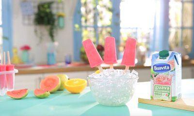 Hidangan penutup berupa popsicle Guava Smuz tersaji di atas mangkuk es.
