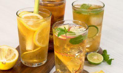 Empat gelas berisikan es teh manis berbagai varian tersaji di atas meja dapur.