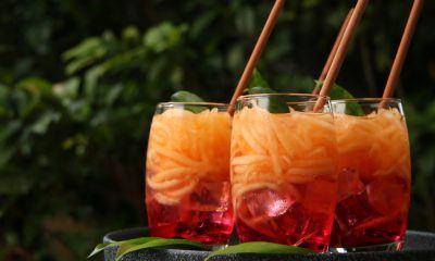 Tiga gelas es buah campur disajikan di atas baki.