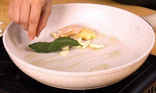 bawang putih, daun jeruk, dan bawang merah ditumis di atas wajan