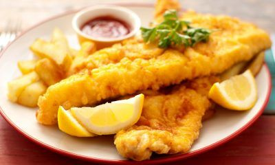 Hasil masak resep Fish and Chips bersama potongan lemon.