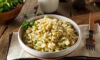 Semangkuk nasi goreng kembang kol di atas napkin untuk diet lebaran.