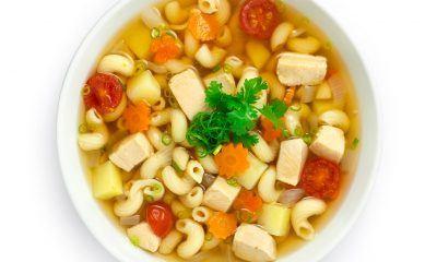 Semangkuk sup makaroni lengkap dengan isiannya.
