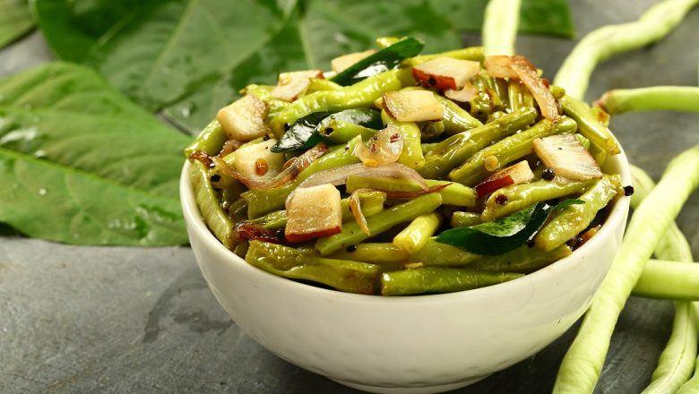 Semangkuk berisi hasi masak resep tumis kacang panjang siap untuk dinikmati.