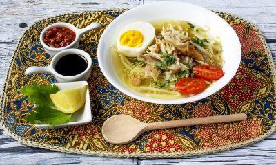 Semangkuk soto ceker dengan pelengkap.
