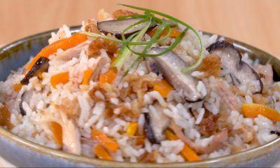 Hasil masak resep nasi ayam rice cooker tersaji dalam mangkuk.