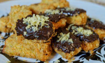 Hasil masak resep pisang nugget tersaji dengan cokelat dan keju di atas piring.