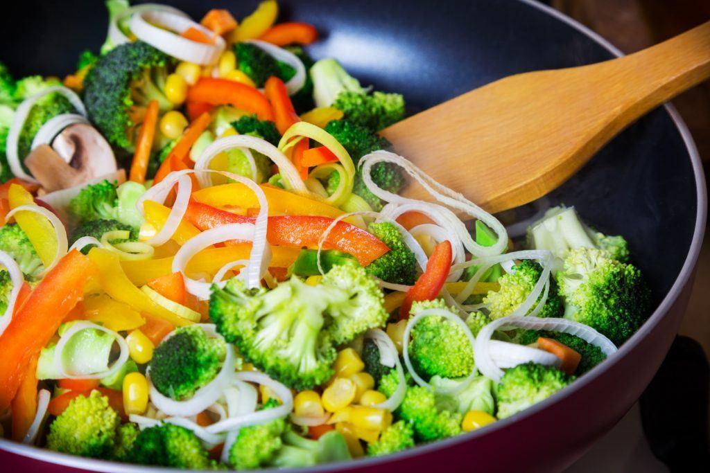 sayuran ditumis di atas pan