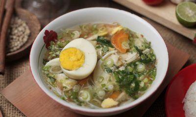 semangkuk soto ayam bening.