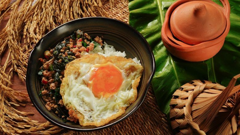 Tumis Telur Kecap dengan nasi putih dan kecap.