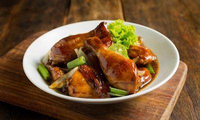 Ayam Goreng Pedas Manis dengan daun bawang segar.