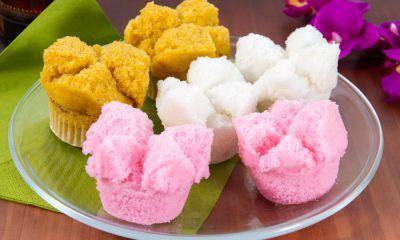 Bolu kukus gula merah diletakkan di atas piring bersama bolu kukus rasa lainnya.