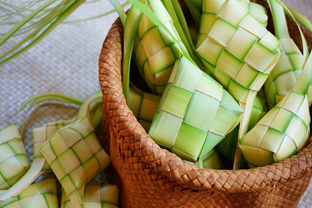 Cangkang ketupat segar di atas keranjang
